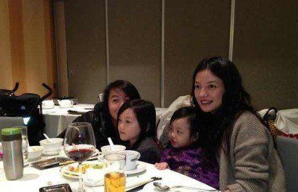赵薇昔日带着自己的女儿与李嫣、窦靖童的合影
