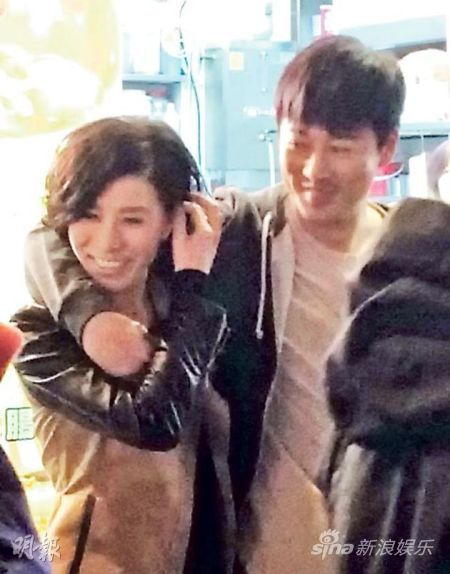 林峰竟敢搭着佘诗曼的肩膀逛街?原来是在拍摄新剧《使徒行者》。