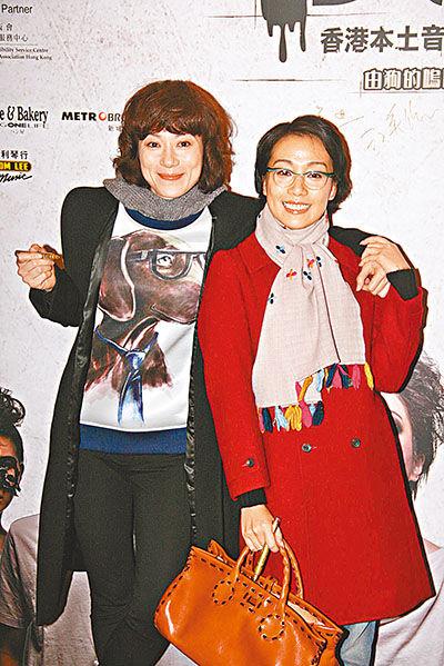 张可颐(左)与江美仪结伴看秀。