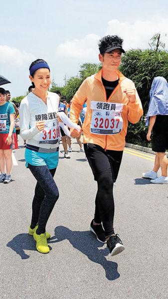 戏中扮演视障人士的胡杏儿参加马拉松,陈豪则负责拿毛巾领跑。
