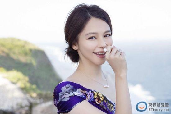 """徐若�u拥有超强童颜,是许多粉丝心中的""""冻龄女神""""。"""