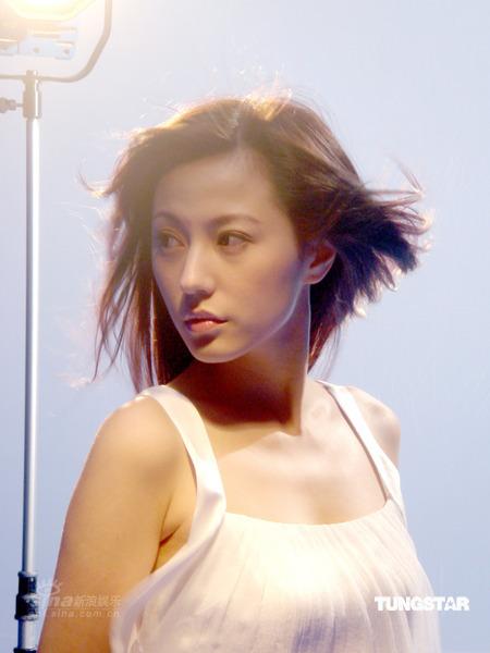 组图:刘心悠纱裙上阵拍广告冬天被狂吹5小时
