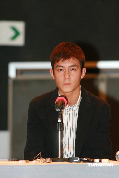 图文:陈冠希亮相开发布会--向香港市民道歉