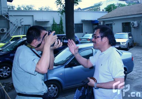 李宗盛与记者剑拔弩张伸手堵镜头拒绝拍照(图)