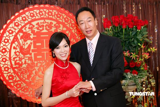 图文:郭台铭曾馨莹订婚宴--新人订婚装