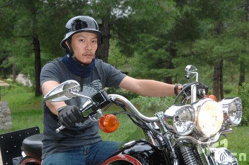 组图:张震喝喜酒玩兴未改不丹骑摩托逛街