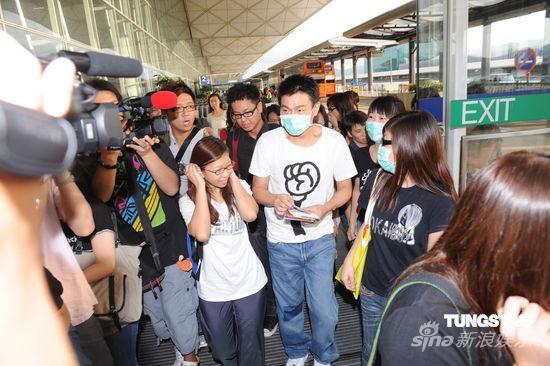 组图:刘德华搭机赶赴上海礼貌搀扶跌倒记者
