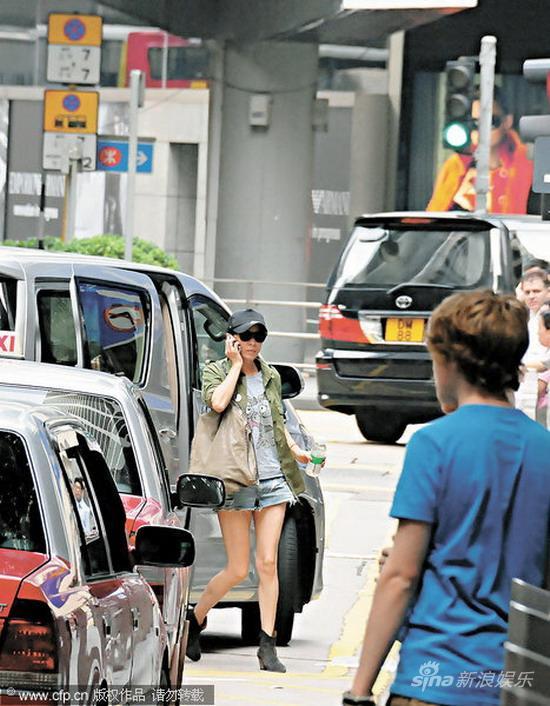 组图:刘嘉玲逛街与小孩攀谈笑容满面母爱洋溢