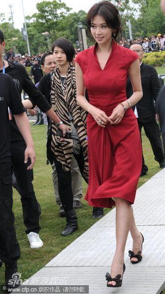 林志玲红裙裹身秀身材