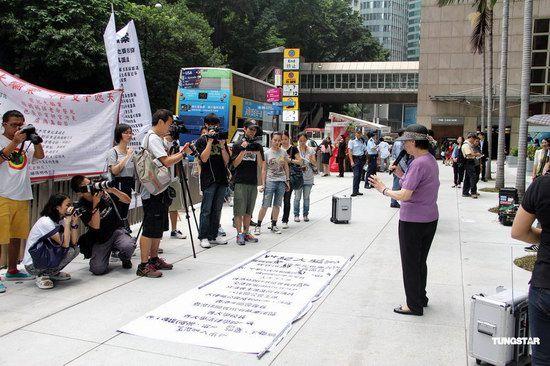 梅艳芳母亲街头抗议