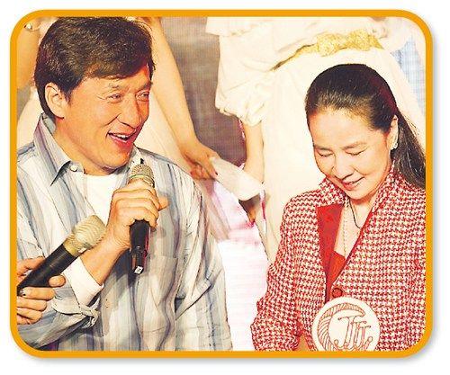 """成龙温柔陪伴林凤娇庆祝60大寿,但吃醋指祖名从未为他办生日会。图片来源:香港""""明报"""""""