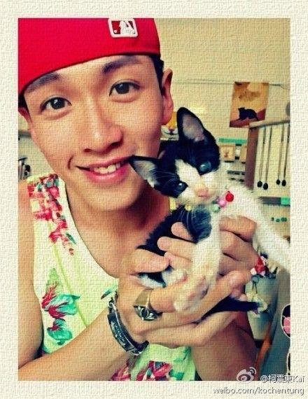 柯震东抱可爱小猫