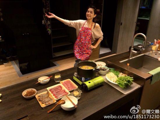 Ella露性感香肩变身厨娘 为老公准备二人晚餐