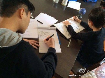 张智霖与儿子勤奋写作业 袁咏仪忙拍照