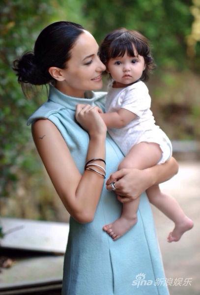 吴彦祖太太lisa.S抱着女儿,小萝莉激萌可爱。