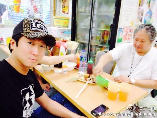 洪金宝与儿子同桌吃早餐