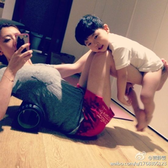贾静雯带着小外甥做运动
