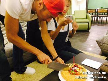 谢霆锋用菜刀切蛋糕