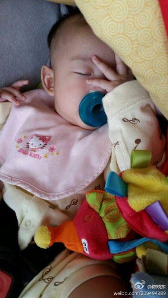 陈晓东女儿吃奶嘴熟睡