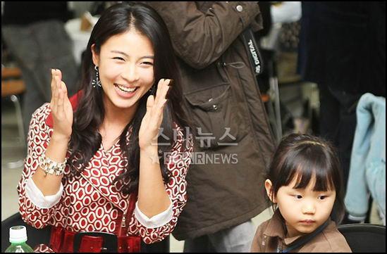 新浪娱乐讯 8日 韩国美女河智苑出席了在某学校