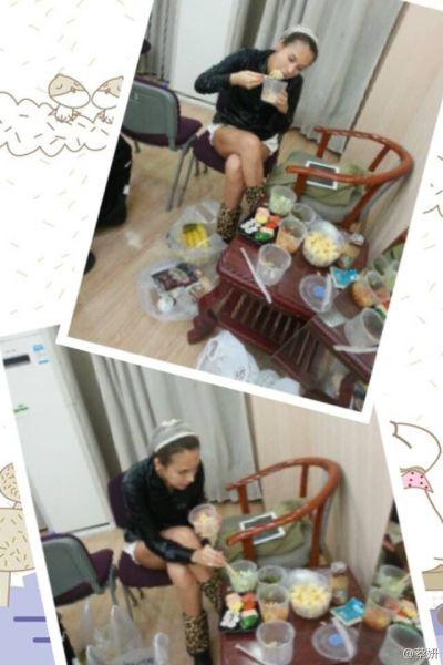 蔡妍在后台大口吃饭