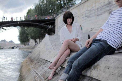 2012-07-10 【新闻】裴斗娜晒巴黎旅行照细长白皙美腿上镜裴斗娜吧