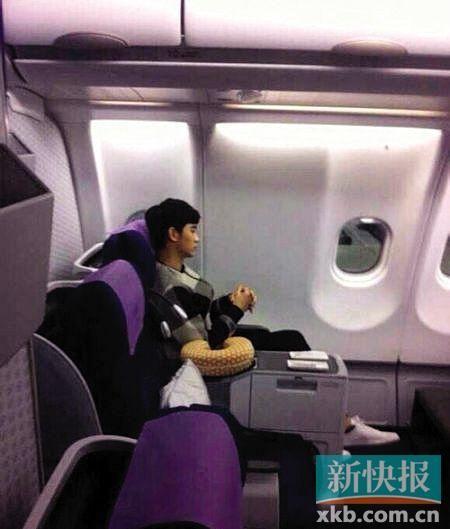 金秀贤在机舱内