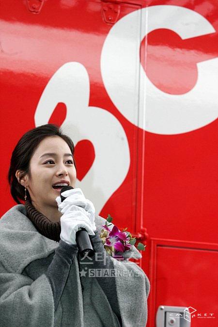 组图:金泰熙当志愿者为外籍打工者送爱心午餐