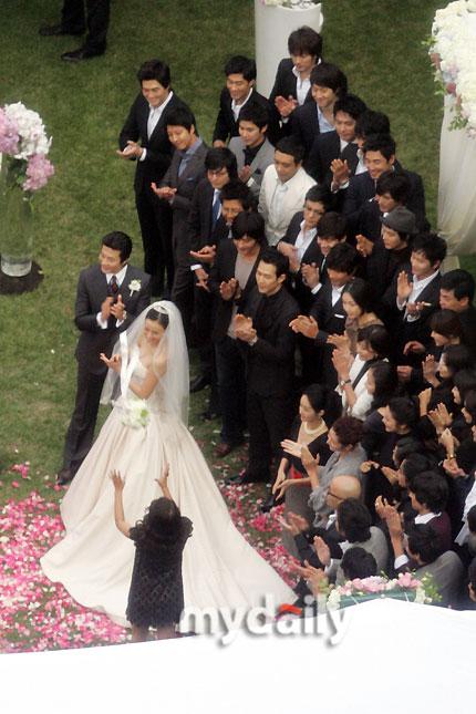 图文:权相宇孙泰英大婚新娘丢花球众人鼓掌