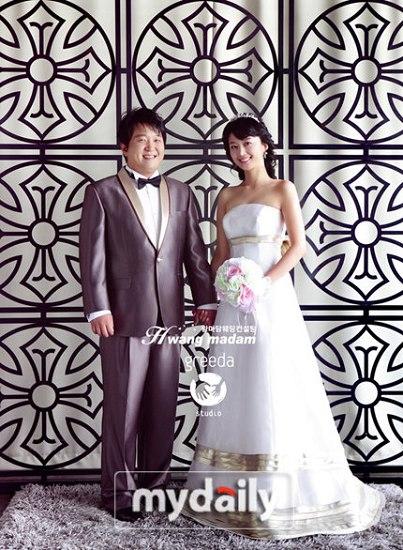 韩搞笑艺人郑形顿公开与韩宥拉的婚纱照(组图)