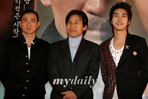 2006年,刘德华、崔始源在韩国宣传《墨攻》(资料图)