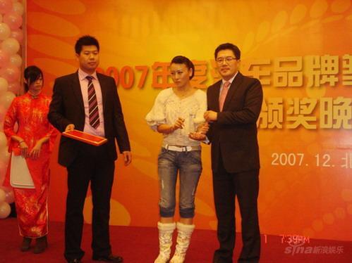毛俊杰清新亮相车友报第四届高峰论坛晚会(图)