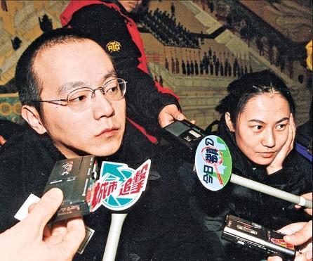前妻王菲风光依旧窦唯载80后女友甜蜜逛街(图)