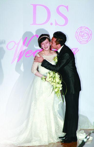 邓超在婚礼上亲吻孙俪 CFP 图