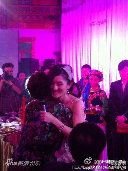谢娜和张杰妈妈拥抱