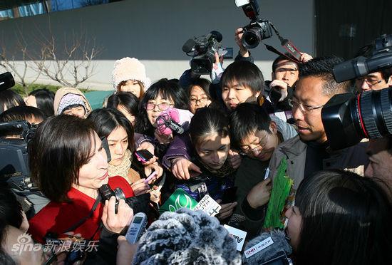 2011年12月15日李阳离婚案开庭,两人在庭外争执。