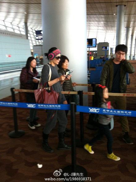 王菲紧随李嫣身后(图片来自微博@文艺复兴艺术家)