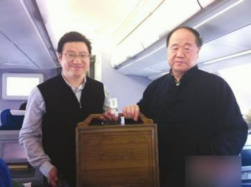 莫言和陈黎明带着礼物上飞机,二人手中为莫言文集精装版
