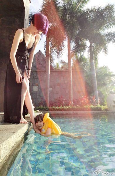 高晓松娇妻与女儿泳池边玩耍