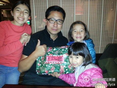 李阳被控家暴离婚后与三个女儿合影