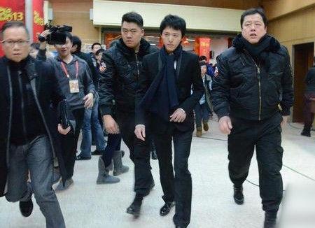 李云迪及经纪人李文伟(左一)在蛇年春晚彩排后台