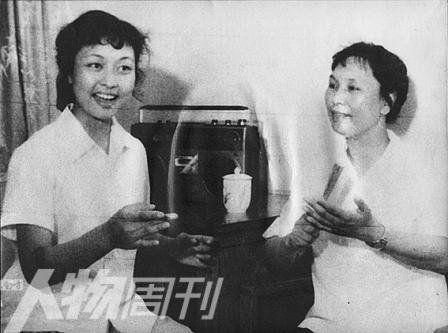 1980年,王音璇教授给彭丽媛上声乐课