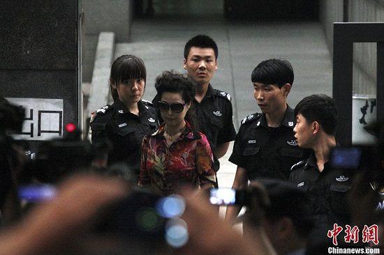 图说:8月28日上午,李某某等人涉嫌强奸案在北京海淀法院开庭。李某某母亲梦鸽现身法庭外,她这次没有从法院东侧进入法庭,而是选择从西面远距离走进法院,一路遭到媒体围堵,现场秩序混乱。中新网记者 金硕 摄