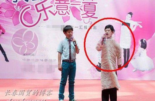 朱军11岁儿子参加文艺表演舞台照