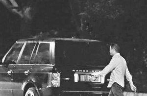 离婚后的李亚鹏日前被拍到与朋友聚餐后,独自一人取车回家。
