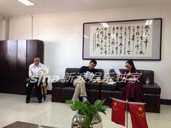 王菲李亚鹏13日下午在乌鲁木齐审看离婚协议
