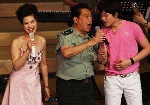 李某某与父亲李双江、母亲梦鸽(资料图)
