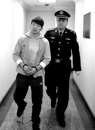 被告人乔宇被法警带进法庭。昨天,其因涉嫌诈骗演员白静丈夫770万元现金及手表、字画等,在二中院第二次受�
