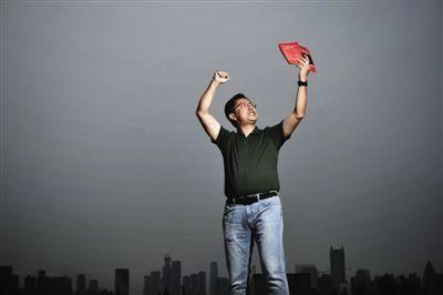 2014年8月12日,天津市某酒店的天台上,李阳捧着自传,振臂高声朗读英语。新京报记者 王嘉宁 摄