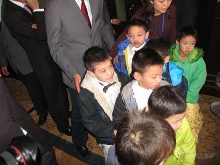 图文:田亮叶一茜今日西安大婚-婚宴上的小花童